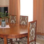 Стол в гостинной полулюкса