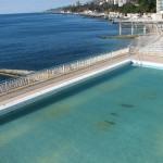 Вид на открытый бассейн и море